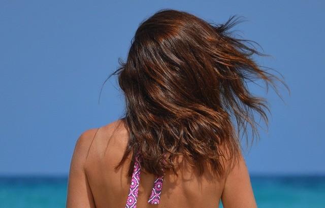 Schützen Sie Ihre Haare vor Sonne und Salzwasser!