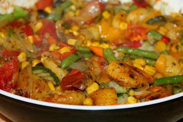 Vegane Gemüsepfanne mit Kartoffeln, Paprika, Zucchini, Mais und mehr!